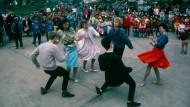 Denn es gelang ihnen, dass die Sonne wieder schöner über Deutschland scheint: Twistende junge DDR-Bürger auf einem Ost-Berliner Volksfest