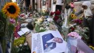 Amsterdam: Einige Menschen haben Bilder des Kriminalreporters und Blumen am Tatort niedergelegt. Der auch international bekannte Kriminalreporter Peter R. de Vries war am Dienstagabend an dieser Stelle niedergeschossen und lebensgefährlich verletzt worden.