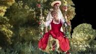 Fragonard als Tableau vivant: Daniela Fally (Zerbinetta) lässt sich von Rafael Fingerlos (Harlekin) anschubsen.