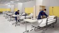 Kampf gegen das Virus: Iranische Arbeiter richten ein Krankenhaus in einem Einkaufszentrum nordwestlich von Teheran ein.