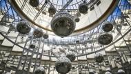 """Der Himmel über Frankfurt hängt voller Discokugeln: John M Armleders Installation """"CA.CA.2"""""""