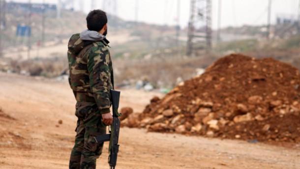 © dpa Kampf bis zum Letzten: Ein syrischer Regierungssoldat an einer Straße bei Aleppo.