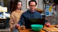 Was ist das denn? Wade (Walton Goggins) braucht die Hilfe seiner Tochter Grace (Ruby Jay).