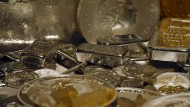 Silbermünze mit dem Profil der Königin von England beim Edelmetallhändler ProAurum in München