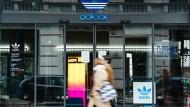 Geschlossener Laden von Adidas in Berlin.