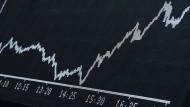 Fallhöhe aufgebaut: Dax-Kurve auf einem Kurschart an der Frankfurter Börse