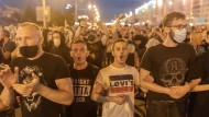 Seit Tagen gehen Tausende in Belarus gegen Lukaschenka auf die Straße wie hier in Minsk am Montagabend.