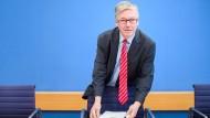 Der Wehrbeauftragte Hans-Peter Bartels (SPD) bei der Pressekonferenz zum Jahresbericht