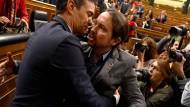 Pedro Sánchez (l.) nimmt nach der Wahl zum spanischen Ministerpräsidenten am 7. Januar 2020 in Madrid Glückwünsche von Pablo Iglesias entgegen.