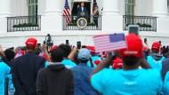 Trump spricht zu rasch herbeigetrommelten Anhängern