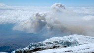 Rauchwolke über dem Kilimandscharo: Der Großbrand war aus bislang unbekannten Gründen an der Südflanke des 5895 Meter hohen Berges im Norden Tansanias nahe der Grenze zu Kenia ausgebrochen.