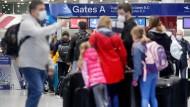 Reisende warten am Samstag vor der Sicherheitskontrolle auf dem Flughafen Düsseldorf auf ihre Abfertigung.