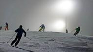 Später Start in die Saison: Skifahrer auf der Flutlichtpiste in Willingen in  der vergangenen Woche