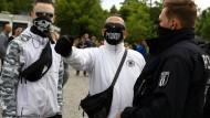 Gegner der staatlichen Regelungen zur Eindämmung des Coronavirus vor dem Reichstag.