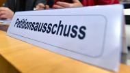 Ein Schild mit der Aufschrift «Petitionsausschuss» steht auf einem Tisch vor einer Öffentlichen Anhörung zu Sakralbauten des Petitionsausschusses des Thüringer Landtags.