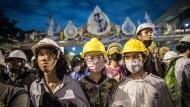 Sie weichen nicht : Pro-Demokratische Aktivisten mit Helmen und Schutzbrillen bei einer Demonstration am Mittwoch in Bangkok.