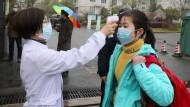 Temperaturmessung bei einer Schülerin vor einer Schule in Yixing