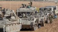 Israel verlegt weitere Truppen an die Grenze zum Gazastreifen.