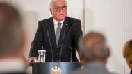 Bundespräsident Frank-Walter Steinmeier spricht im Schloss Bellevue zu Angehörigen des Anschlags von Hanau.