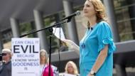 Opferanwältin Mary DeMuth spricht auf einer Protestveranstaltung am 12. Juni 2018 in Dallas gegen den Umgang mit Frauen in der Southen Baptist Church