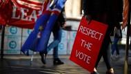 Pro-Brexit- und Pro-EU-Demonstranten am Donnerstag vor dem britischen Parlamentsgebäude in London