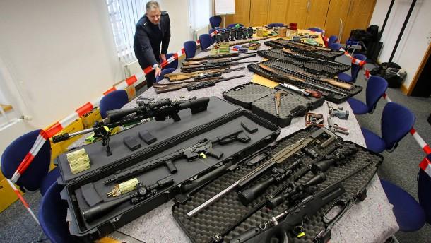 """© dpa Hoch gerüstete """"Reichsbürger"""": Sichergestellte Waffen im Polizeipräsidium in Wuppertal."""