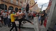Demonstranten in Beirut versuchen am 10. August, zum Parlament vorzudringen.