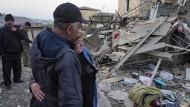 In Stepanakert: Einheimische vor den Trümmern eines Hauses, das Mitte Oktober bei Angriffen der aserbaidschanischen Artillerie zerstört wurde