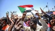 Demonstranten protestieren vor dem Armee-Hauptquartier in Khartum.