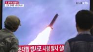 Zwei Südkoreaner schauen sich im Oktober in Seoul Nachrichten über einen nordkoreanischen Raketenstart an.
