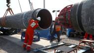 Montage von Teilen der Gasleitung Nord Stream 2 in Russland im Juni
