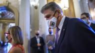 An ihnen könnten Bidens Pläne scheitern: Der Senator Joe Machin (rechts) und Senatorin Kyrsten Sinema, beide Mitglieder der Demokraten, kommen am 30. September ins Kapitol in Washington.