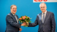 Sensationelles CDU-Ergebnis: Armin Laschet überreicht Reiner Haseloff am Montag in Berlin einen Blumenstrauß