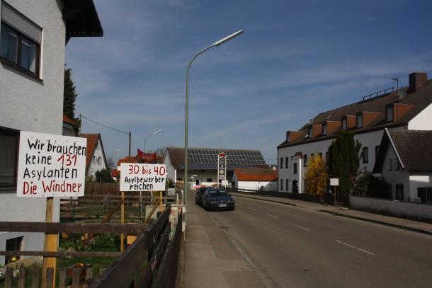 Im früheren Gasthof an der Hauptstraße in Winden ist eine Flüchtlingsunterkunft mit bis zu 130 Plätzen geplant, Anwohner protestieren dagegen. Landkreis Pfaffenhofen, Bayern.