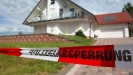 Absperrung am Tatort: Der Kasseler Regierungspräsident Walter Lübcke wurde am 1. Juni 2019 auf der Terrasse seines Hauses mit einem Kopfschuss aus nächster Nähe umgebracht.