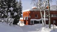 Die Moderne in Megève: Henry Jacques Le Mêmes rotes Wohnhaus mit Atelier, das er sich 1929 gebaut hat.