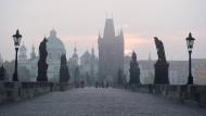 Zeit der Stille: Zehn Millionen Touristen kamen vor Corona Jahr für Jahr nach Prag, und jeder ging mindestens einmal über die Karlsbrücke – oder schob sich über sie, denn der Ansturm war so gewaltig, dass er sogar den Pragern zu viel wurde.