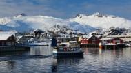So sieht ein Wintersportort auf den Lofoten aus: die bunten Häuser der Fischer vor dem Weiß der Berge.