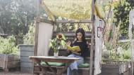 Wohl dem, der zu Hause ein sonniges grünes Plätzchen hat. Eine Horizonterweiterung kann, mit dem richtigen Buch, auch dort stattfinden.