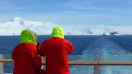 Hurtigruten-Kreuzfahrer schauen auf Eisberge und immer mehr auch auf die Ökobilanz: Die MS Roald Amundsen in der Antarktis.