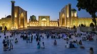 Die Dämmerung bricht an in Samarkand, und der Registan versinkt in Pastelltönen.