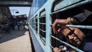 Jetzt bloß nicht den Zug verwechseln: An einem indischen Bahnhof