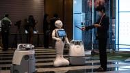 Pepper war mal ein sehr gefragter Mitarbeiter in Hotels, mittlerweile hat sich die Begeisterung für den Roboter in der Hotellerie abgekühlt.