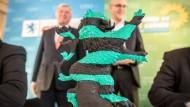 In Koalitionsfarben: der Hessen-Löwe. Dahinter Ministerpräsident Volker Bouffier (CDU, links) und sein Vize Tarek Al-Wazir (Die Grünen, rechts)