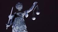Die Figur der Justitia steht auch bei Nacht auf ihrem Platz: Beim Urteil gegen den Polizisten folgt die Rechtsprechung dem Maßstab eines vorherigen Prozesses.