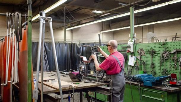 Produktion in Gefängnissen - Die Gefangenen stellen vor allem Möbel her und schrauben Pokale zusammen