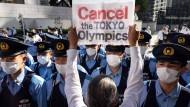 Eine kleine Gruppe protestiert vor dem IOC-Hotel.