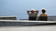 Lieber an der See als auf der Arbeit: Rentner auf einer Bank bei Geesthacht.