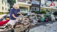 Aufräumen nach der Überschwemmung: Können solche Katastrophen künftig verhindert oder wenigsten abgemildert werden?