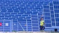 Wo kommt der Strom für den wachsenden Bedarf her? Ein Solarpark in Mecklenburg-Vorpommern soll der Deutschen Bahn Strom liefern.